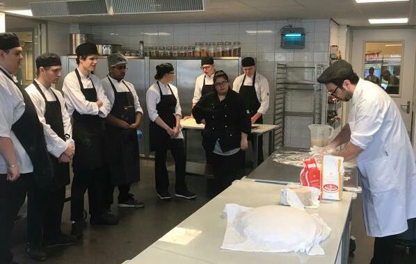 Studenten ROC Mondriaan leerden pizza's bakken voor actie Voedselbank