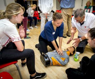 SEH-posten zien elk jaar 140.000 jongeren – Rode Kruis biedt EHBO-cursussen voor mbo